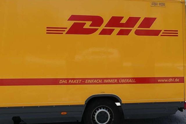 Kurioser Auffahrunfall: Fünf DHL-Transporter gleichzeitig beschädigt