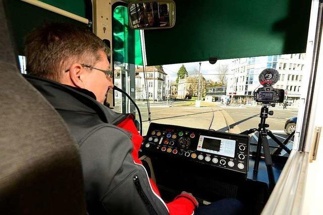Erste Fahrgäste fahren auf der neuen Straßenbahnlinie am Rotteckring