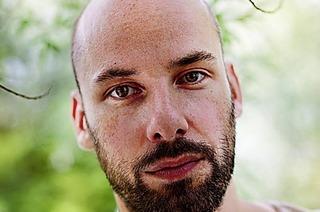 Patrick Zigon spielt bei der Bassblütentherapie im Freizeichen