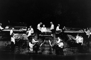 Die Holst-Sinfonietta und die Black Forest Percussion Group bringt das Stück auf die Bühne