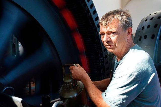 Dieser Mann wartet die mehr als 100 Jahre alten Turbinen im Kraftwerk Wyhlen