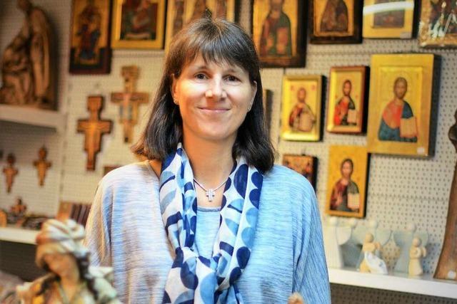 Maria ist der Star im Fachgeschäft für Kirchenbedarf
