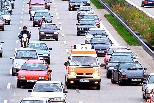 Mehr als 100 Fahrer bilden keine Rettungsgasse nach Unfall auf A5