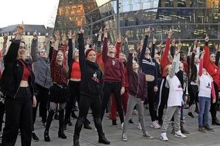 Tanzkurse für den Flashmob gegen Gewalt an Mädchen