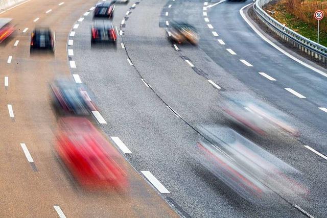 Autofahrer verursachen Unfall auf A5, weil sie verlorengegangenes Geld einsammeln