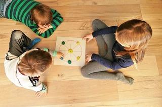 Zeit mit Kindern daheim: Gluckern, klecksen, glücklich sein