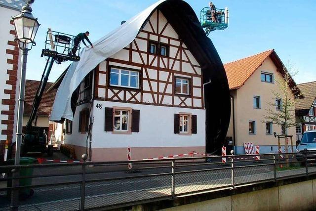 Experten packen Friesenheimer Fachwerkhaus wegen Käferbefall in Plastikfolie