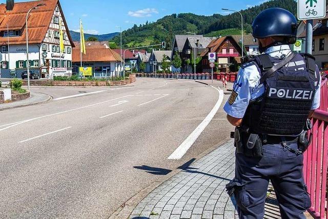 Video: So sucht die Polizei nach dem schwerbewaffneten Mann in Oppenau