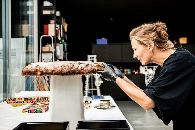 Susanne Graner päppelt Stühle im Vitra-Schaudepot auf