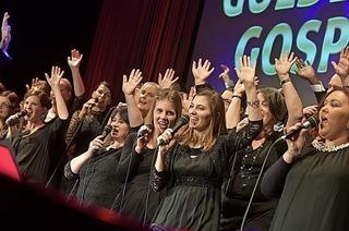Der Golden Harps Gospel Choir singt Open Air vor der Johann-Philipp-Glock-Halle