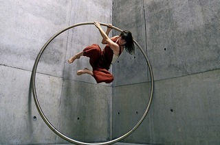 Eine Performance zwischen Akrobatik und Tanz