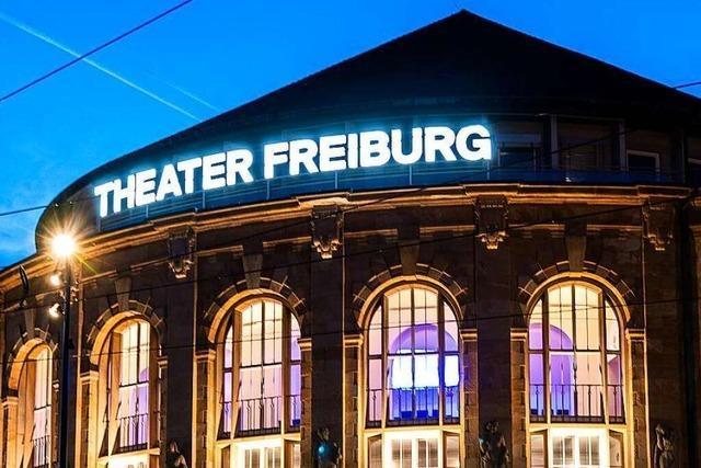 Applaus für nichts – #AlarmstufeRot vor dem Theater Freiburg