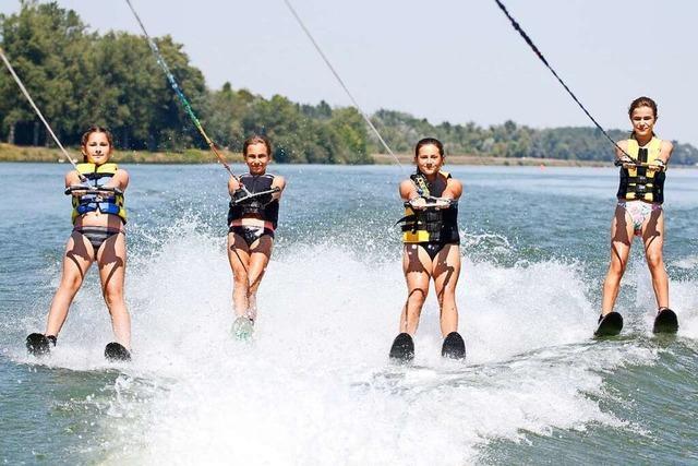 Ein Elfjähriger schlägt Saltos mit dem Wakeboard auf dem Rhein