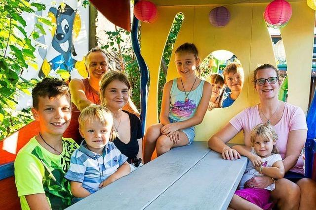 Familie Burkart bringt mit ihren acht Kindern Klischees zum Wanken