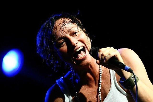 Gesten der Rockmusik – mit einem Lächeln : Gianna Nannini im November 2002