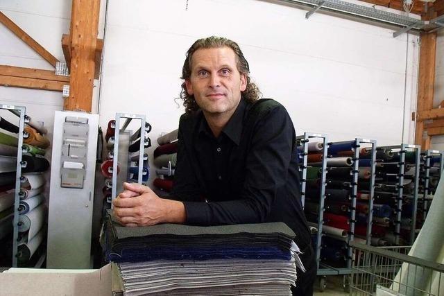 Hiller-Objektmöbel aus Kippenheim fertigt Stühle mit Bildschirm